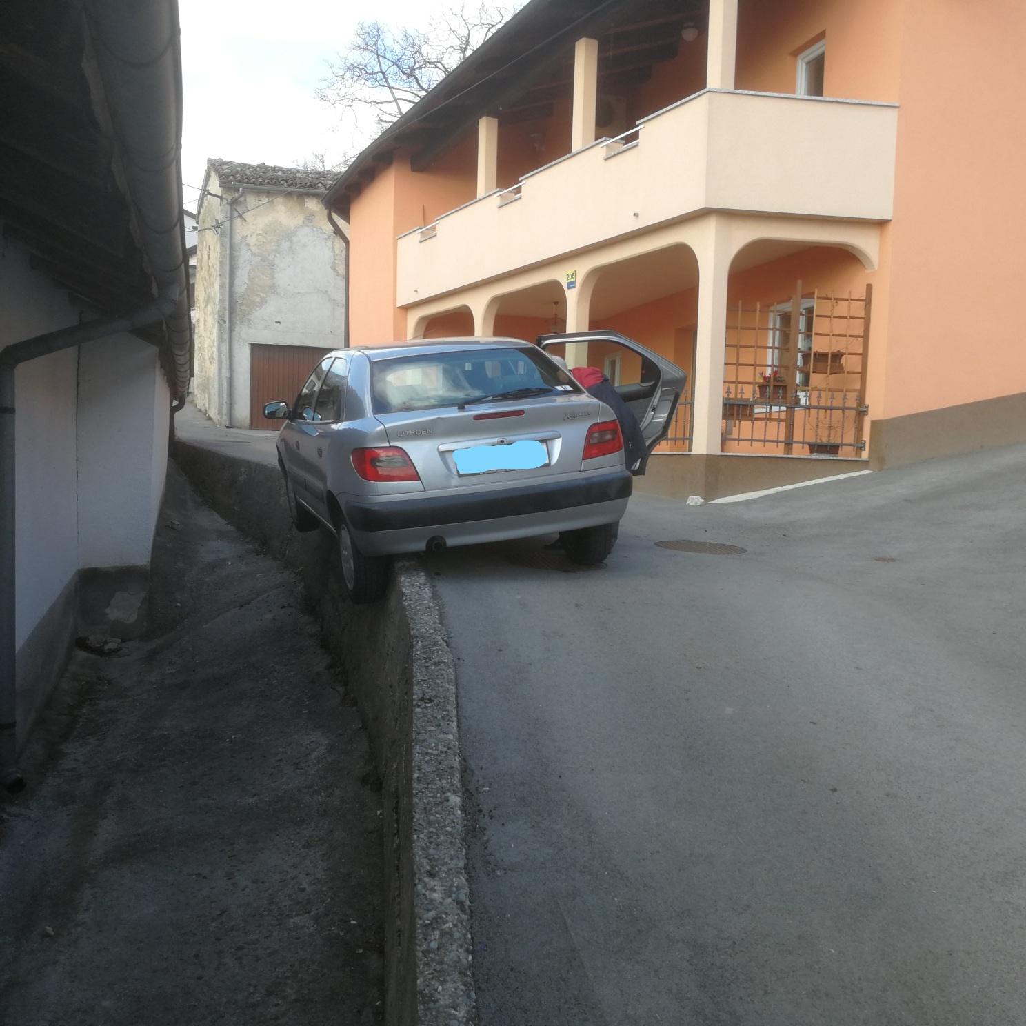 Osebni avtomobil nasedel na zid!