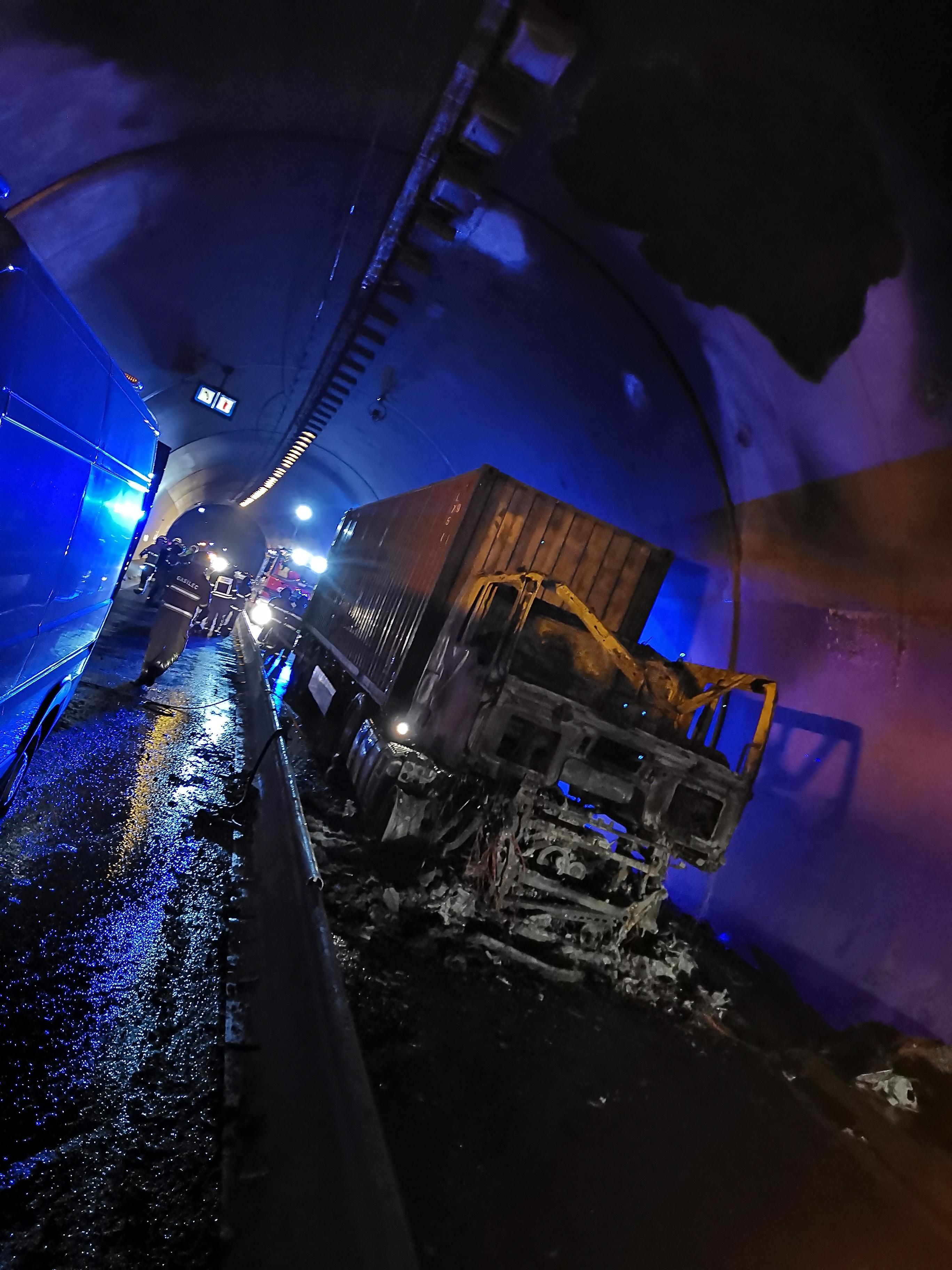 Zagorel tovornjak v predoru Barnica!
