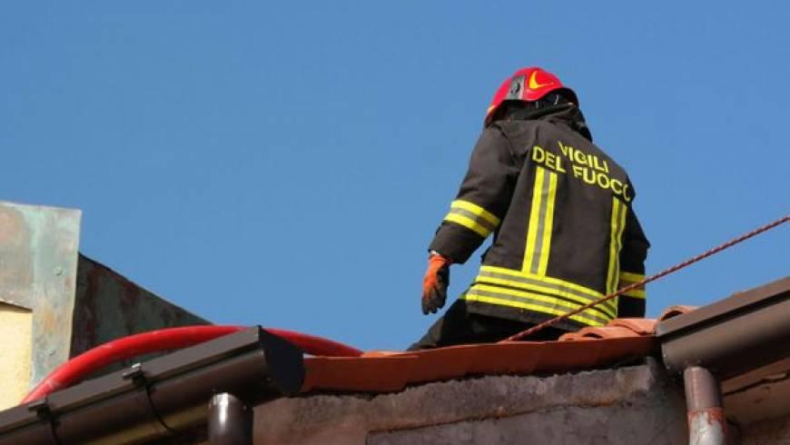 Odstranjevanje kovinskega predmeta s strehe večstanovanjskega objekta!