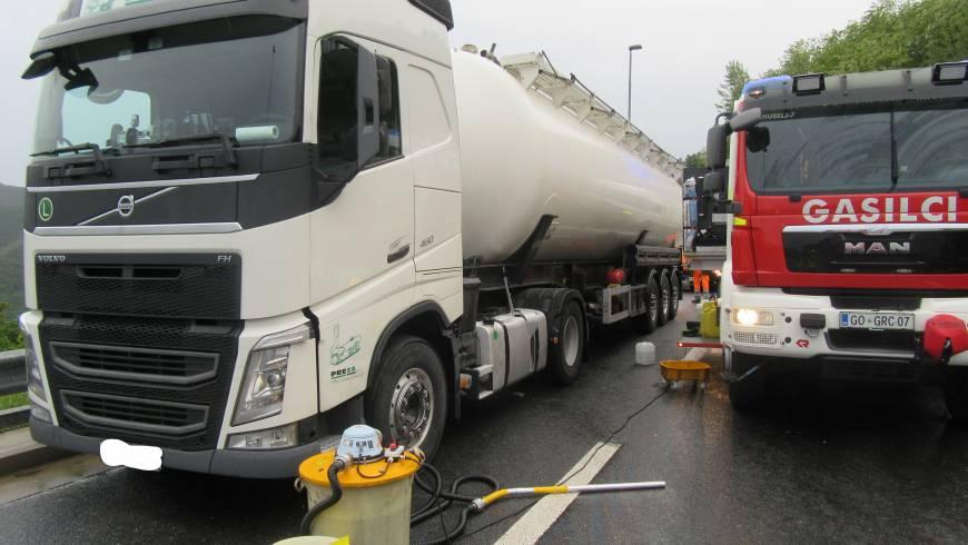 Iz rezervoarja tovornega vozila pušča gorivo!