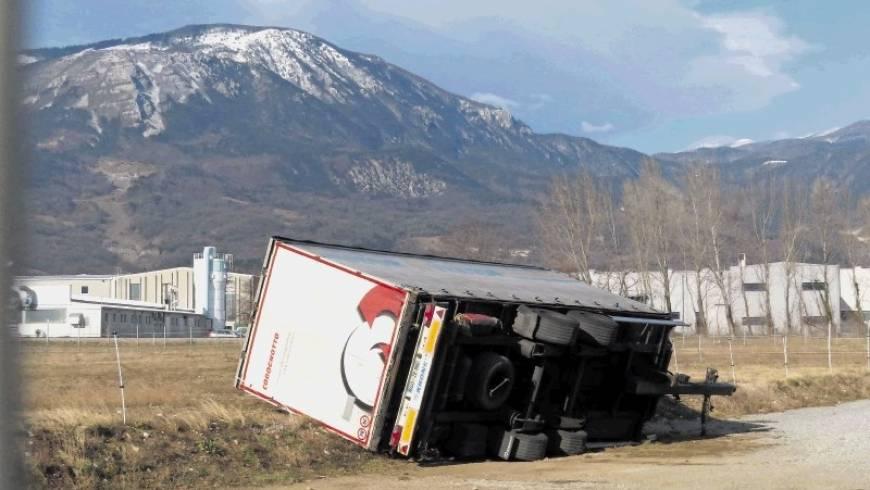 Burja prevrnila prikolico tovornega vozila!